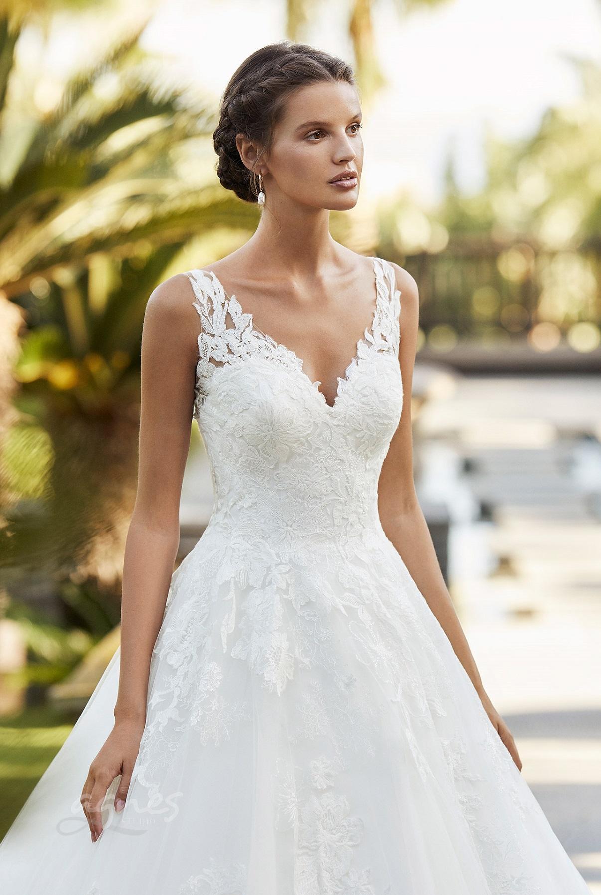 svatební šaty s výstřihem do v