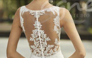 krásná záda na svatebních šatech