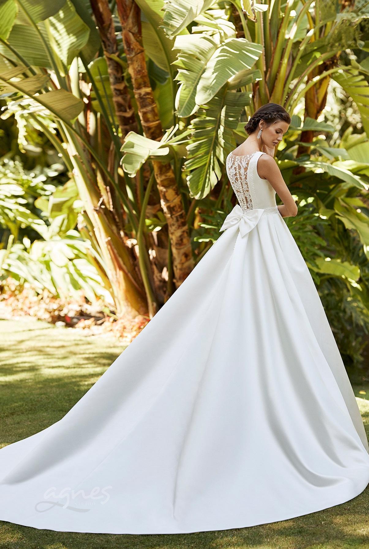 hladké svatební šaty s krajkou ve výstřihu na zádech