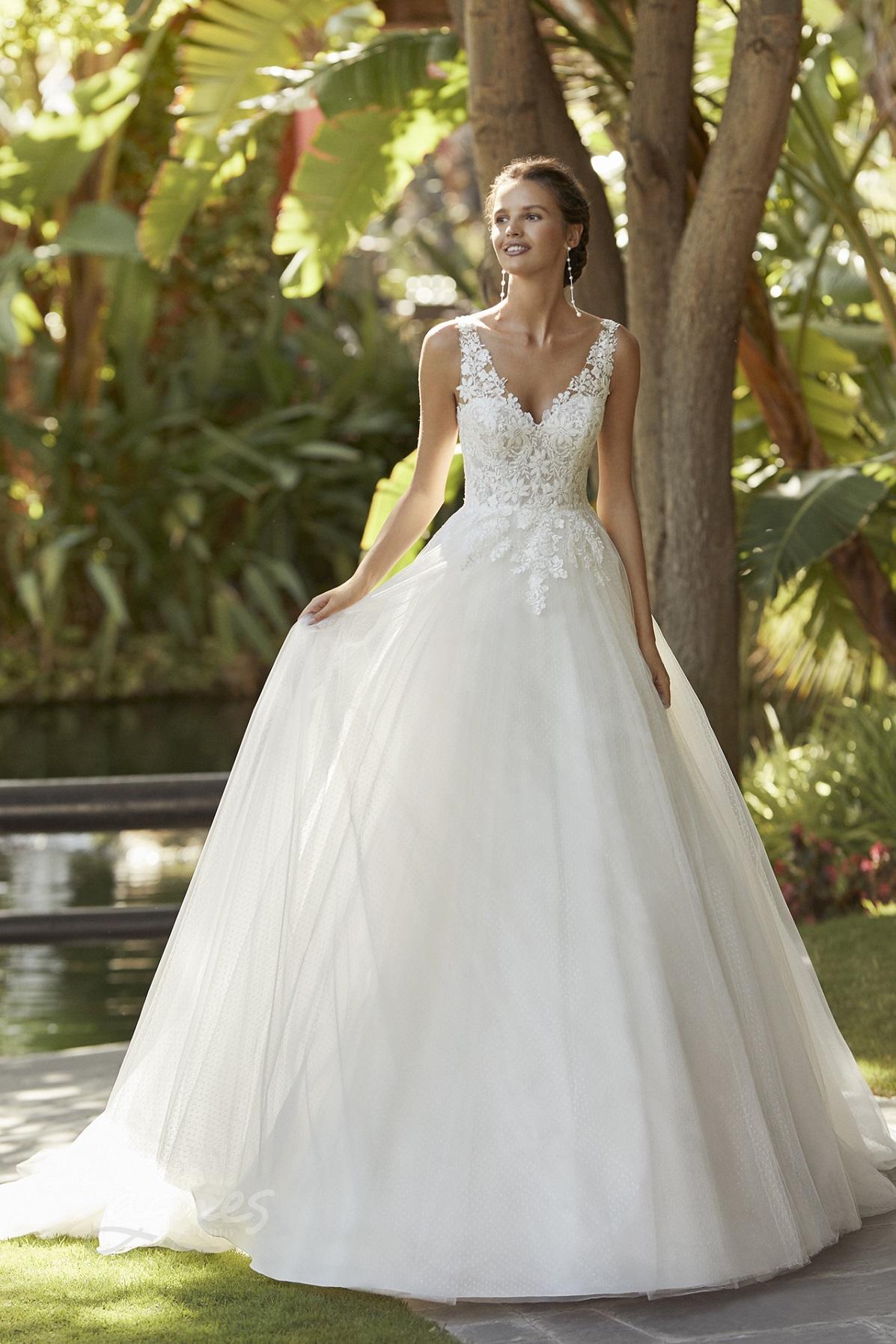 svatební šaty s širokou tylovou sukní