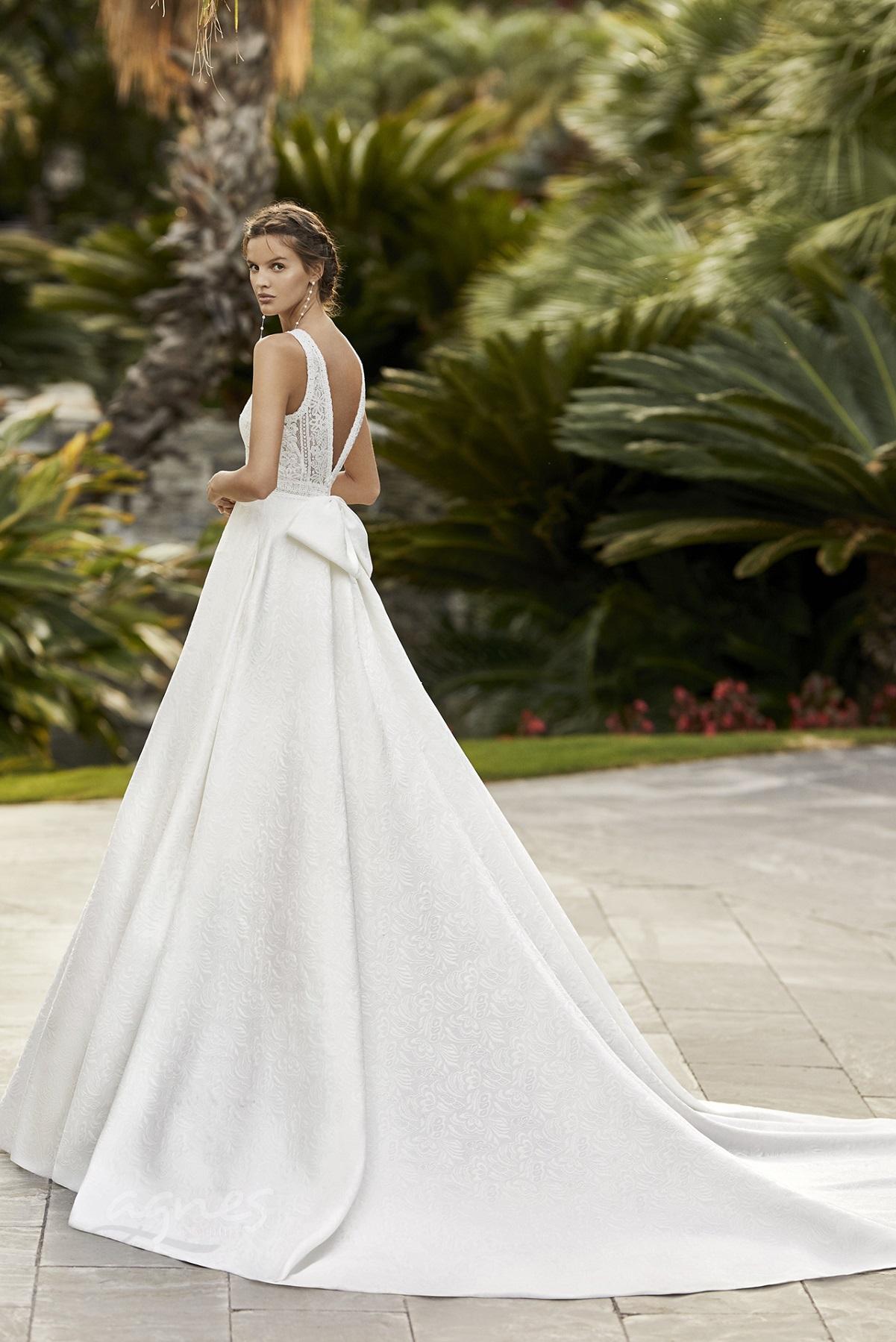 svatební šaty ze saténu